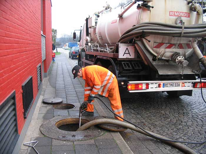 Emptying of a tank full with sewage by vacuum truck
